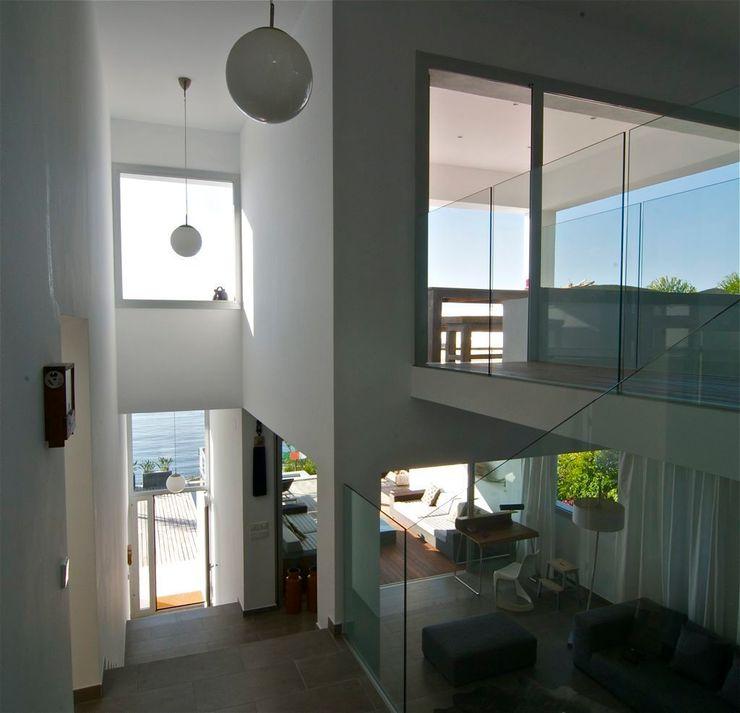 Casa Geniol - Punta de la Mona SH asociados - arquitectura y diseño Pasillos, vestíbulos y escaleras de estilo moderno