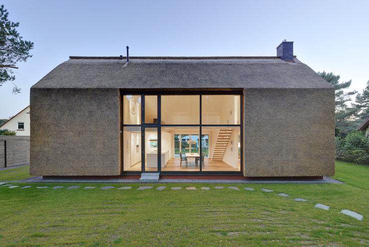 Nordfassade mit riesigem Fenster Möhring Architekten Moderne Häuser