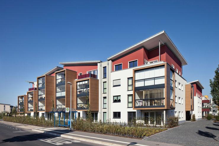 Blick auf die zum Schallschutz verglasten Loggien aaw Architektenbüro Arno Weirich Moderne Häuser