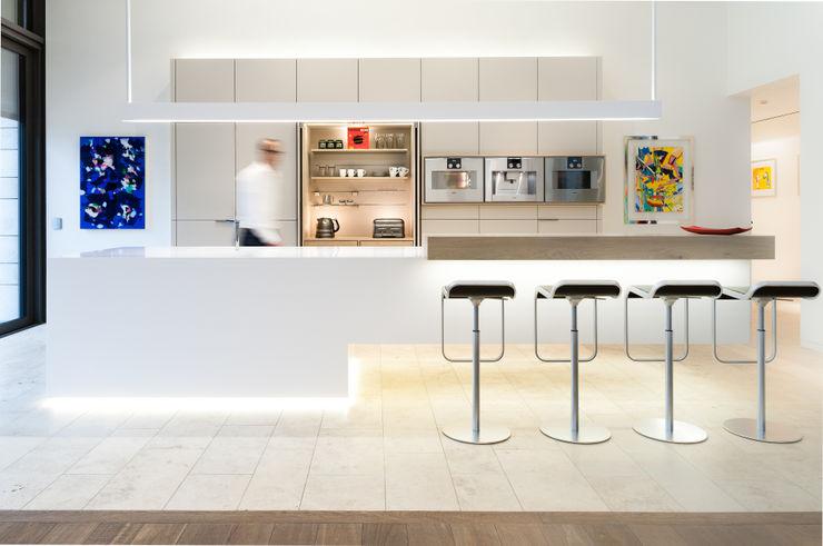 Luxusküche mit Kochinsel aus Mineralwerkstoff, nahtlos gearbeitet, einseitig frei schwebend Klocke Möbelwerkstätte GmbH Moderne Küchen