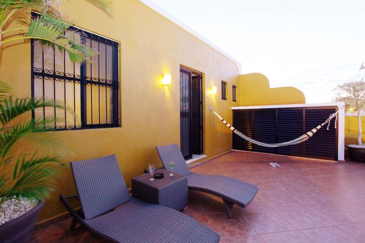 Terraza en planta alta que mira hacia la calle Arturo Campos Arquitectos Balcones y terrazas coloniales