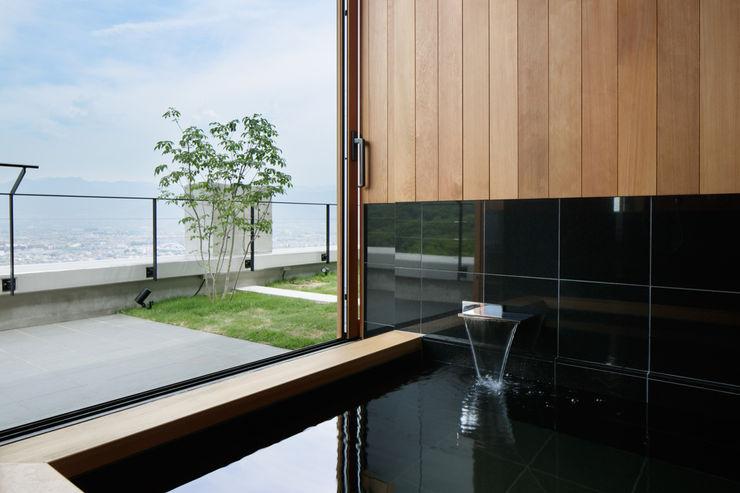 展望風呂~甲府 I さんの家 atelier137 ARCHITECTURAL DESIGN OFFICE 和風の お風呂 木 木目調