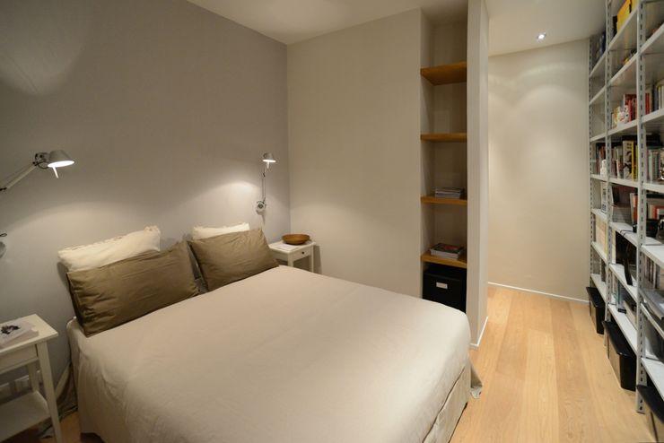 Ispirazione nordica ministudio architetti Camera da letto minimalista
