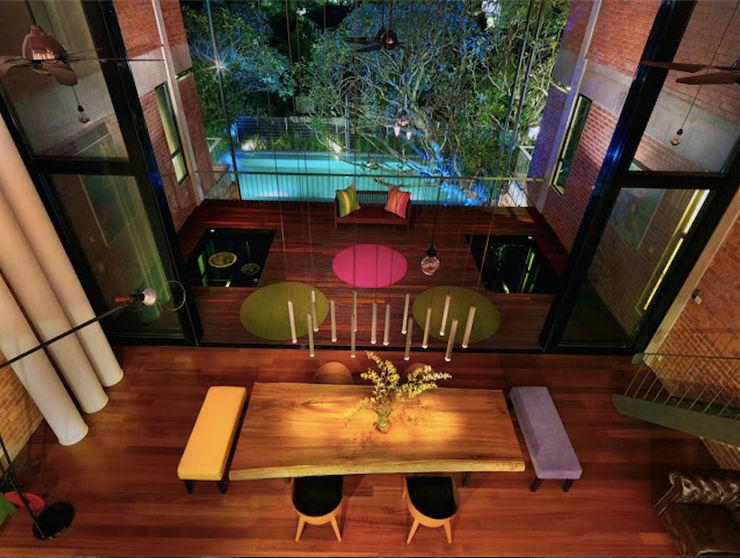 Rumah besar dengan penggunaan tenaga serupa sebuah rumah kecil Elaine Wall 트로피컬 다이닝 룸