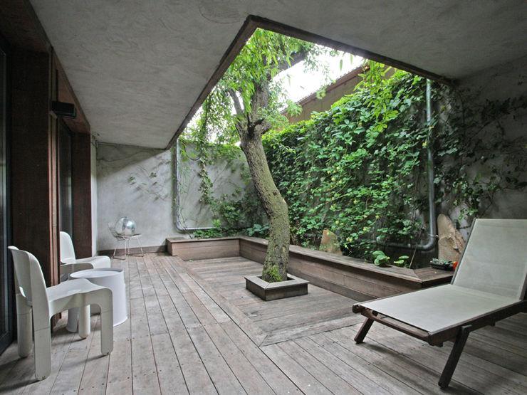 une cour a l'abri des regards devient une pièce en plus de l'espace de vie BuroBonus Balcon, Veranda & Terrasse minimalistes