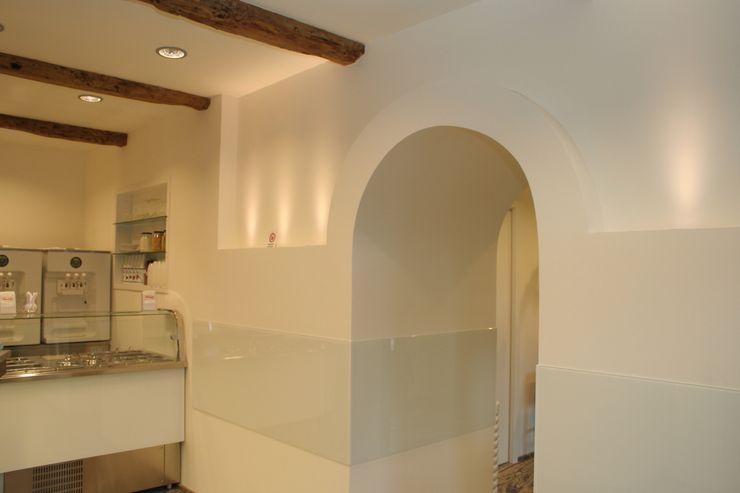 Arredo di una yogurteria Architetto Paolo Cruciani Negozi & Locali commerciali in stile minimalista