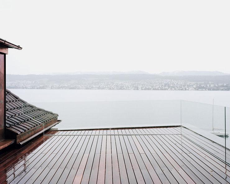 Die Dachterrasse für Pflanzen vor und hinter der Glasbalustrade. Lando Rossmaier Architekten AG Minimalistischer Balkon, Veranda & Terrasse