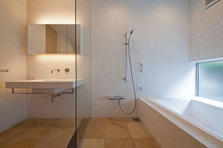 ホテルライクなバスルーム 根岸達己建築室 モダンスタイルの お風呂 大理石 白色
