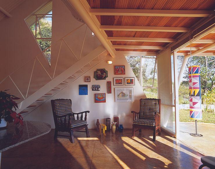Casa Eugênia por Joao Diniz Arquitetura JOAO DINIZ ARQUITETURA Salas de estar modernas