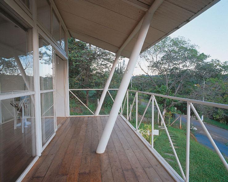 Casa Eugênia por Joao Diniz Arquitetura JOAO DINIZ ARQUITETURA Varandas, alpendres e terraços modernos
