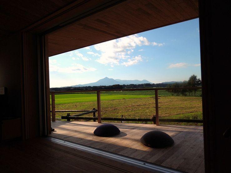 テラスより霧島山を望む ㈱ライフ建築設計事務所 モダンデザインの テラス