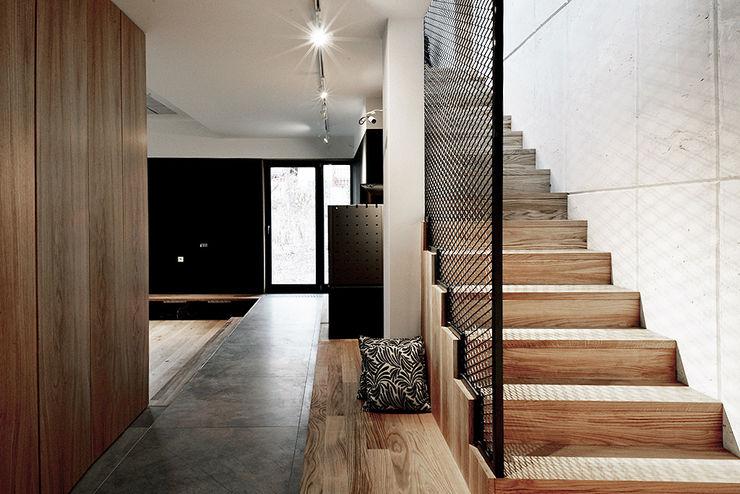 Konrad Muraszkiewicz Pracownia Architektoniczna Pasillos, vestíbulos y escaleras de estilo industrial