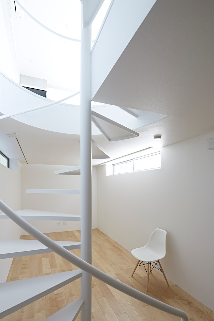 Long Window House another APARTMENT LTD. / アナザーアパートメント Sala multimediale eclettica