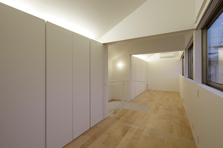 Long Window House another APARTMENT LTD. / アナザーアパートメント Camera da letto eclettica