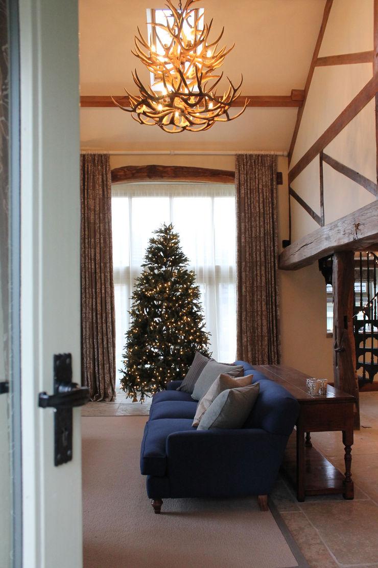 Room Set with the Christmas Tree and Blue Sofa Vanessa Rhodes Interiors Kırsal Oturma Odası