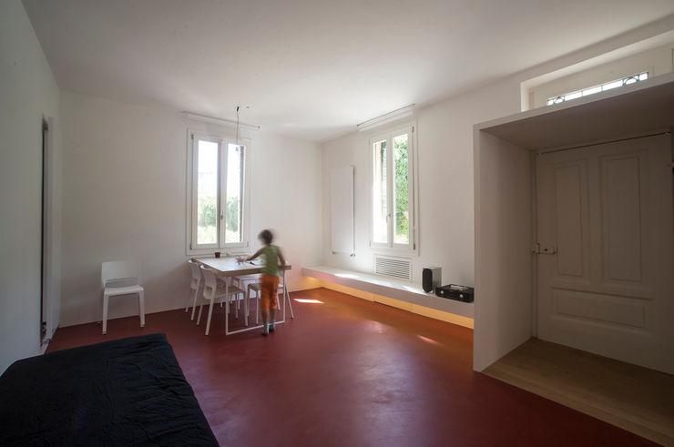 Casa per un fotografo Silvia Bortolini architetto Sala da pranzo minimalista