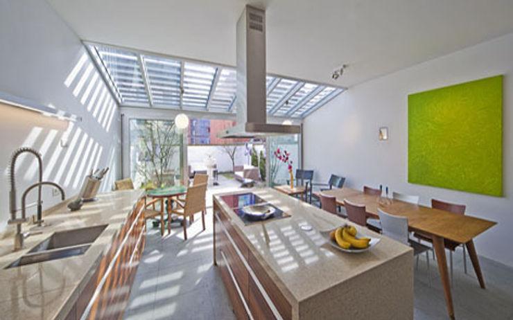 Herenhuis IJburg Steigereiland, keuken gezien richting Serre Florian Eckardt - architectinamsterdam Tropische keukens