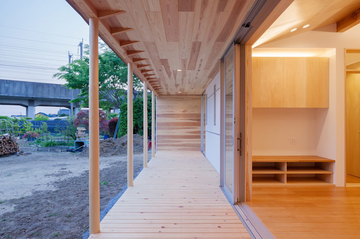 A House In The Fields 株式会社 中山秀樹建築デザイン事務所 Modern balcony, veranda & terrace