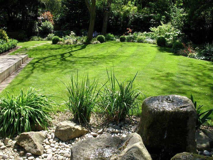 Shady family garden Louise Yates Garden Design Jardin moderne