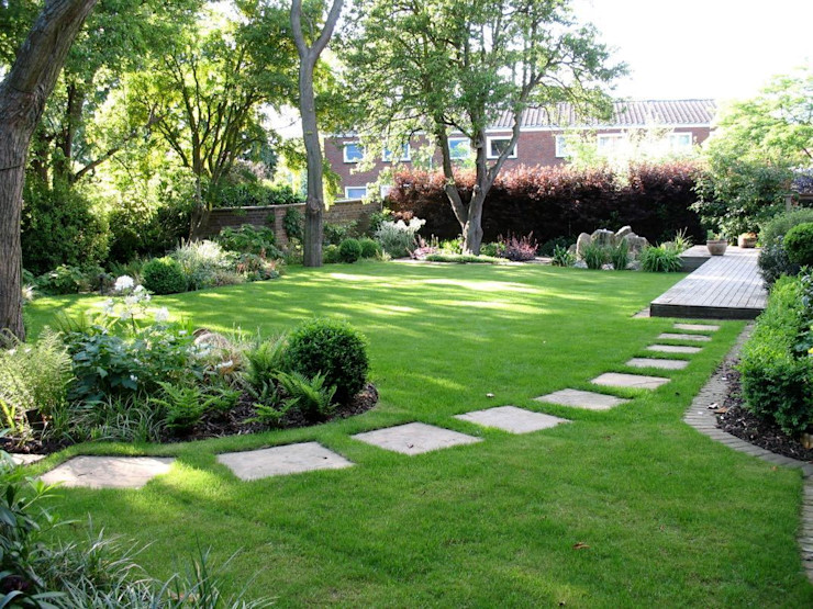 Shady family garden Louise Yates Garden Design Moderne tuinen