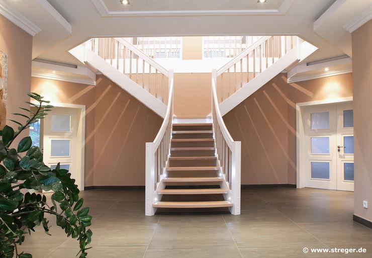 STREGER Massivholztreppen GmbH クラシカルスタイルの 玄関&廊下&階段