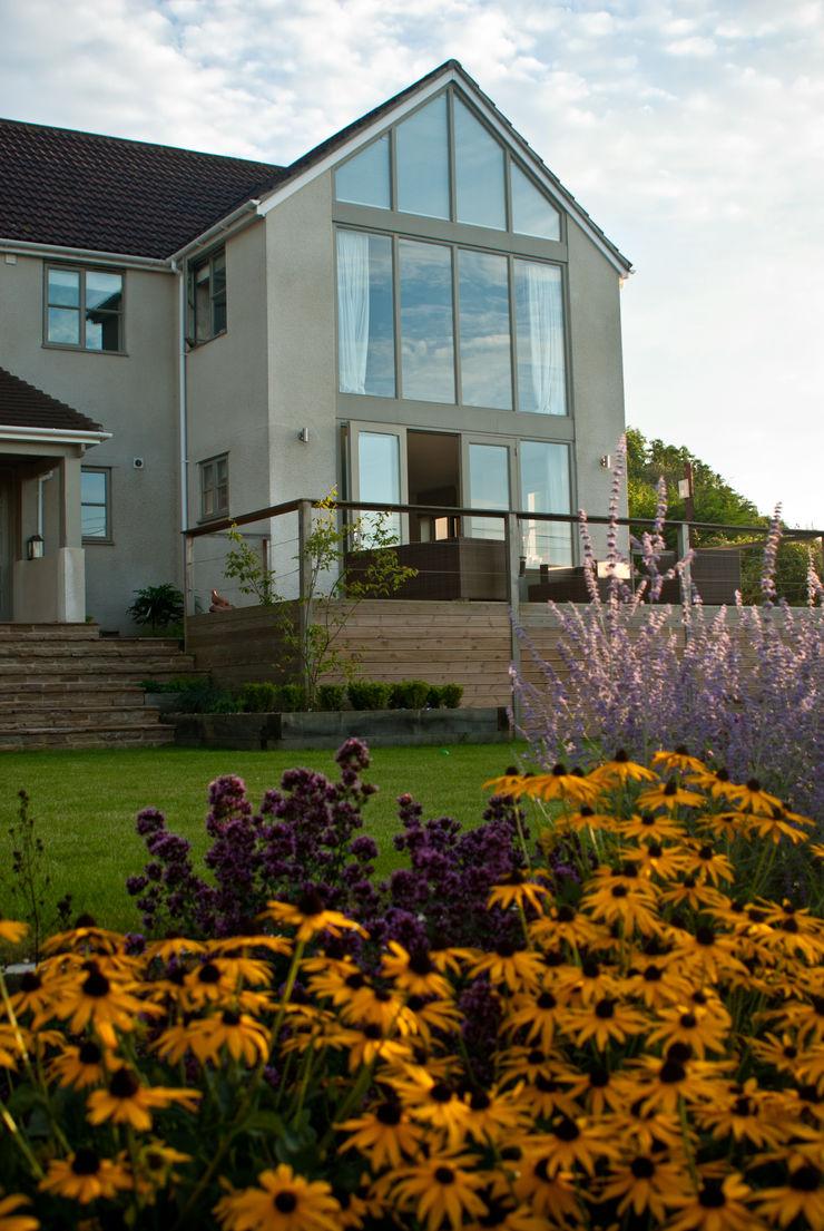 Wood balcony and contemporary planting palette Katherine Roper Landscape & Garden Design Modern Garden