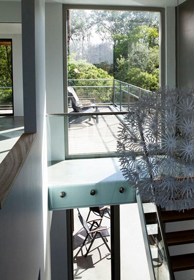 paul seuntjens architectuur en interieur Ingresso, Corridoio & Scale in stile minimalista