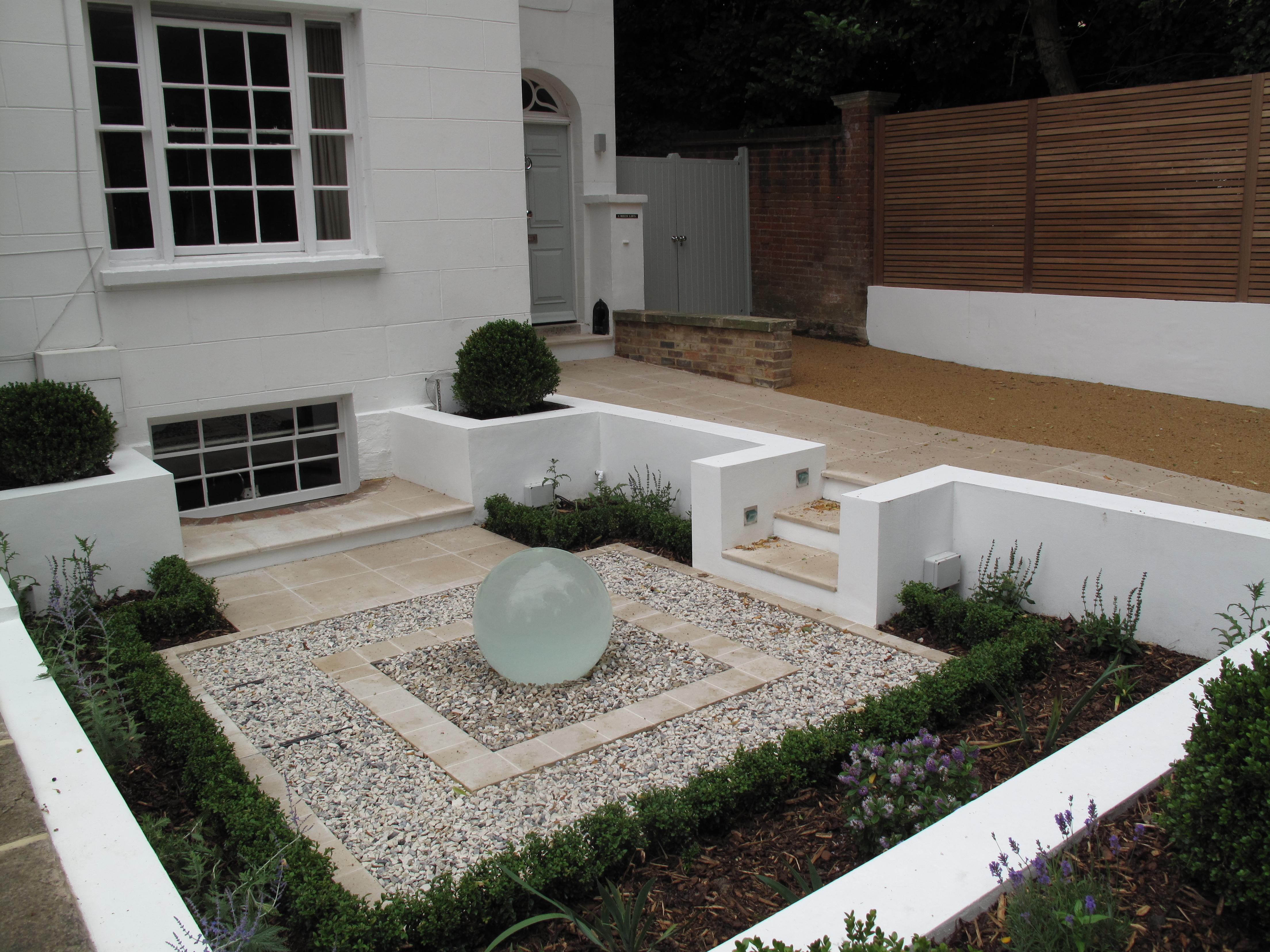 Front Garden water feature Cherry Mills Garden Design Vườn phong cách hiện đại