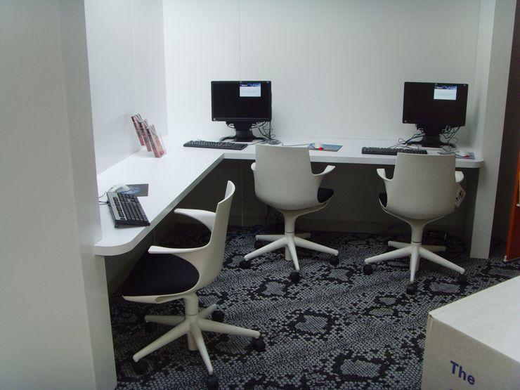 Computer area - Teddington Library Salt and Pegram Espaces commerciaux modernes