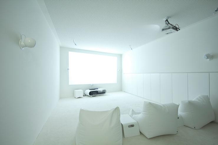 cj_5 - housing in urban density Caramel architekten Ausgefallener Multimedia-Raum