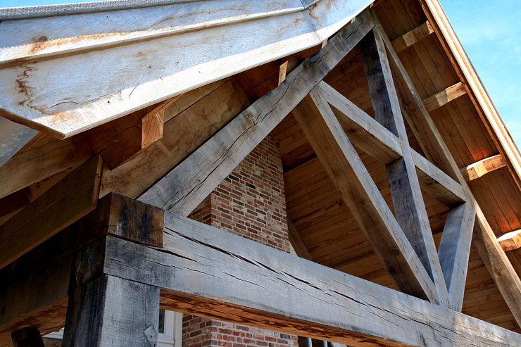 Overdekt terras met eikenhouten gebintwerk in landelijke architectuur Building Design Architectuur Landelijke balkons, veranda's en terrassen