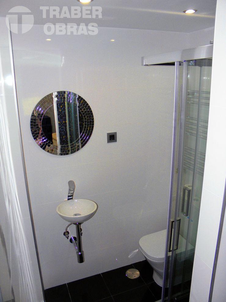 Traber Obras ミニマルスタイルの お風呂・バスルーム