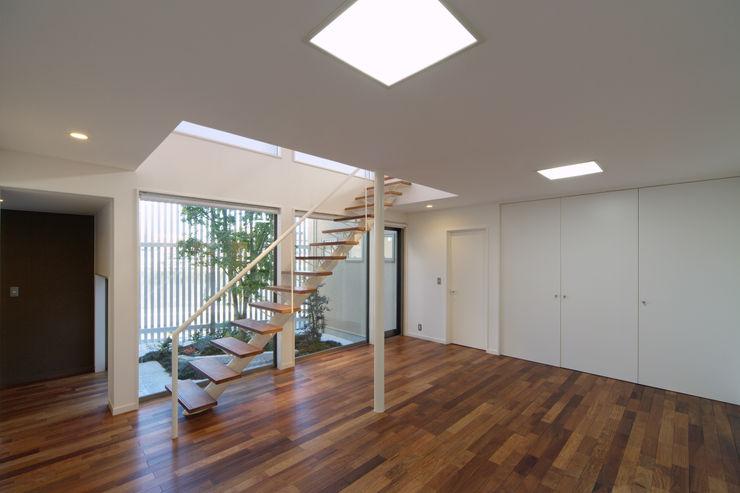 川を望む家 ヒロノアソシエイツ一級建築士事務所 モダンデザインの 多目的室