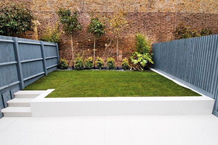 Minimal urban townhouse garden LLI Design Minimalist garage/shed