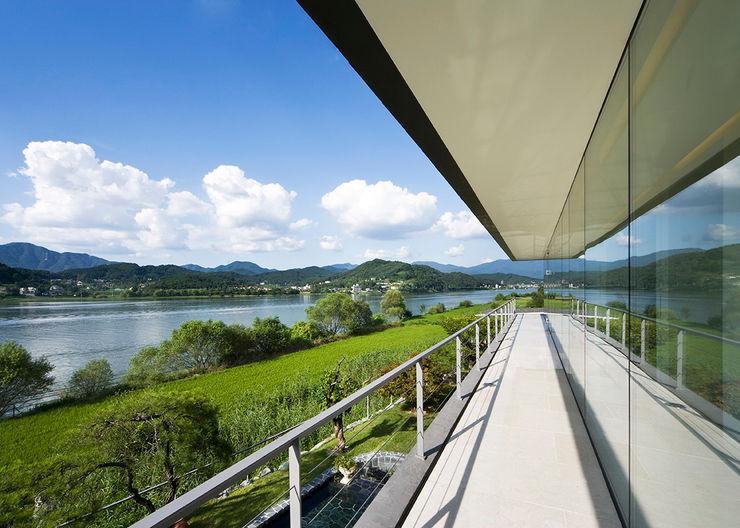 Floating House hyunjoonyoo architects 모던스타일 발코니, 베란다 & 테라스