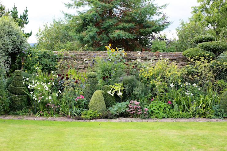 Topiary and Cloud Pruning in an English Country Garden Niwaki Eclectic style garden