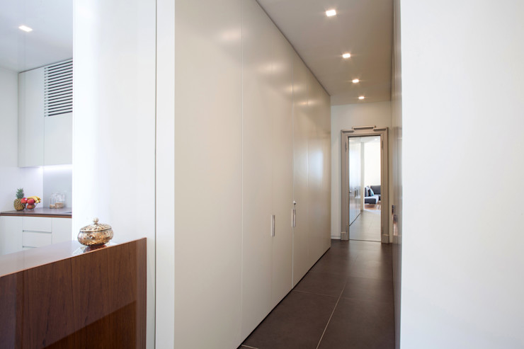 bdastudio Minimalist corridor, hallway & stairs