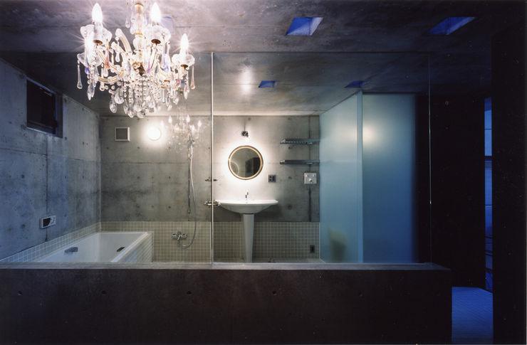 都心商店街の一角にある狭小住宅 スタジオ4設計 モダンスタイルの お風呂
