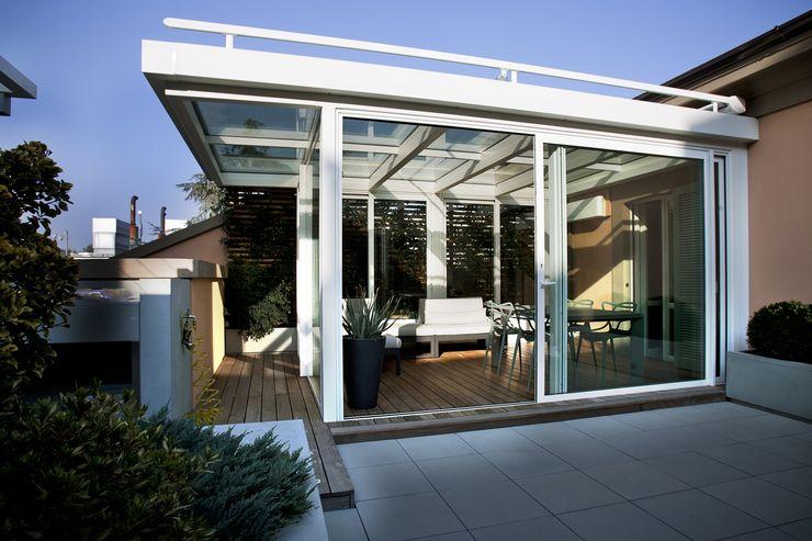 Veranda su terrazzo luca bianchi architetto Balcone, Veranda & Terrazza in stile minimalista