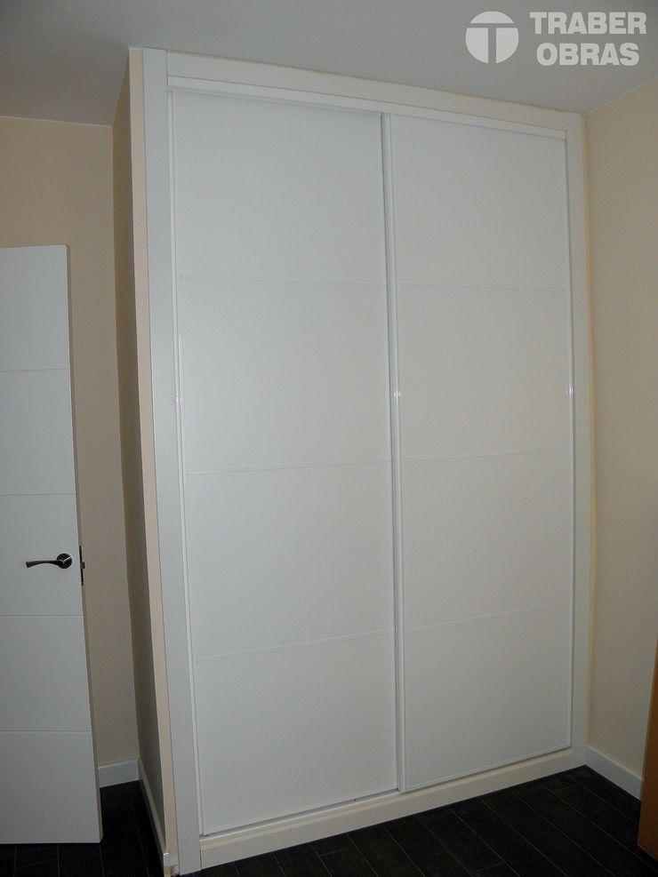 Traber Obras モダンスタイルの寝室