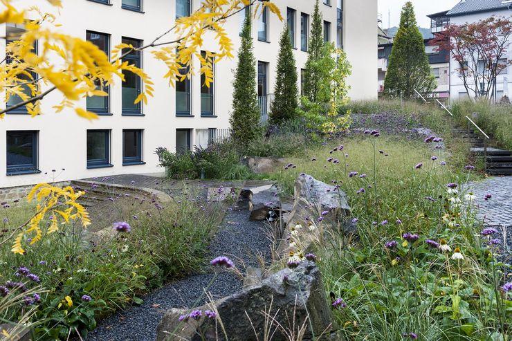 Ruhe- und Erholungsraum für die Mitarbeiter GartenLandschaft Berg & Co. GmbH Moderne Bürogebäude