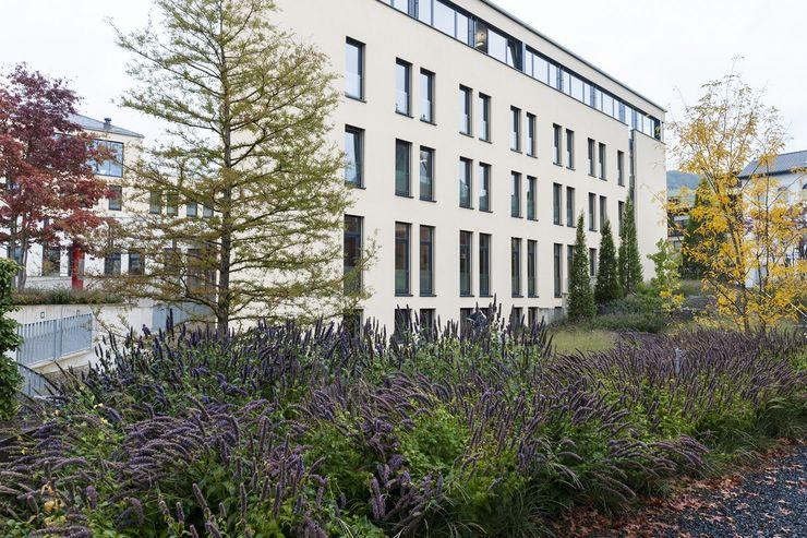 Ruhe- und Erhohlungsraum für die Mitarbeiter GartenLandschaft Berg & Co. GmbH Moderne Bürogebäude