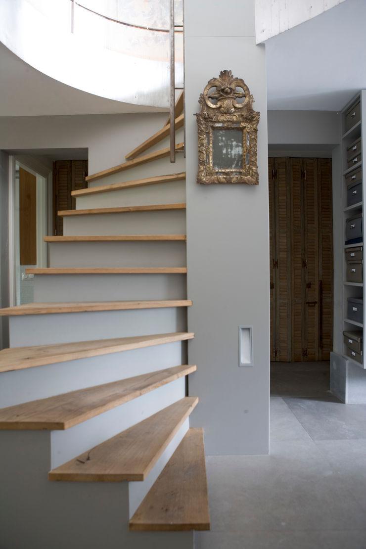 Kodde Architecten bna Modern Corridor, Hallway and Staircase