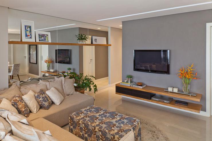 IE Arquitetura + Interiores Ruang Keluarga Modern