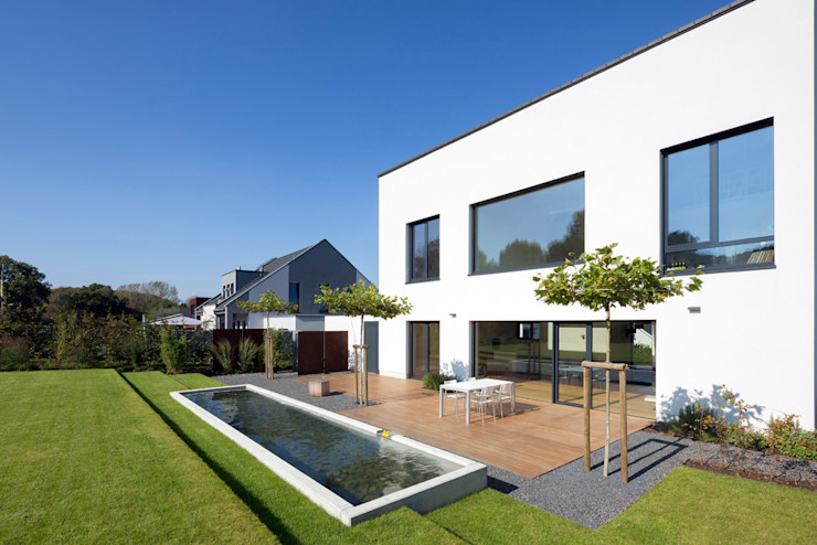 Terrasse mit Wasserbecken homify Minimalistischer Garten Weiß