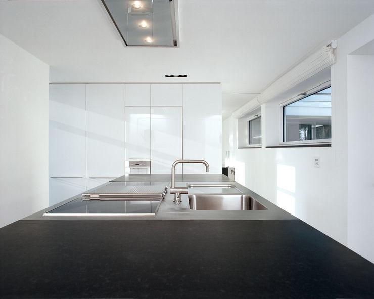 Corneille Uedingslohmann Architekten Modern style kitchen