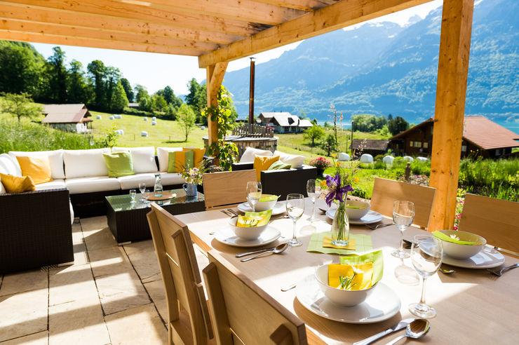 Gedeckte Terrasse mit Lounge und Esstischen Visions Haus Moderner Balkon, Veranda & Terrasse
