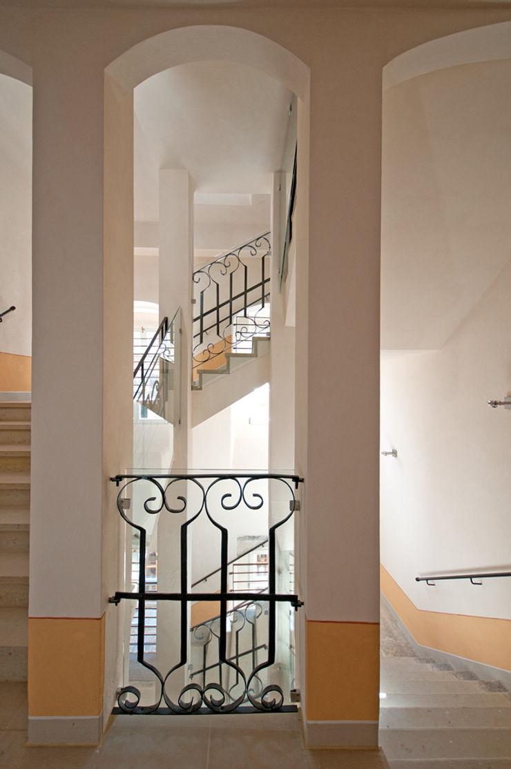 Seidel+Architekten Classic style corridor, hallway and stairs