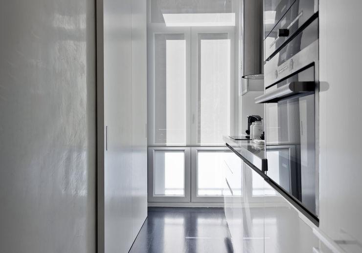 VIENDA CENTRO BILBAO SILVIA REGUERA INTERIORISMO 現代廚房設計點子、靈感&圖片