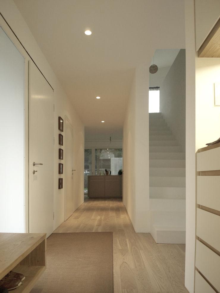 Viktor Filimonow Architekt in München Minimalist corridor, hallway & stairs